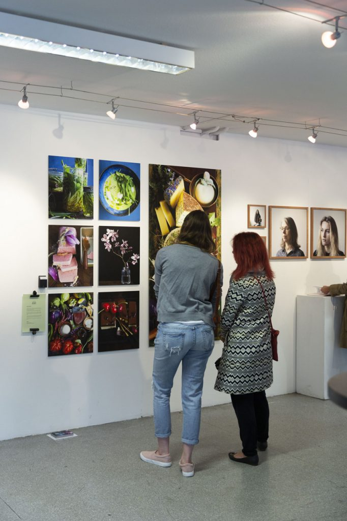 20190606_Feierwerk_Farbenladen_Ausstellung_Kunst_Fotografinnen_Vernissage 14x2m_copyright_Christin_Büttner (9)