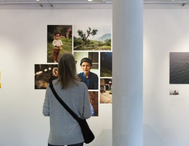 20190606_Titel_Feierwerk_Farbenladen_Ausstellung_Kunst_Fotografinnen_Vernissage 14x2m_copyright_Christin_Büttner (13)