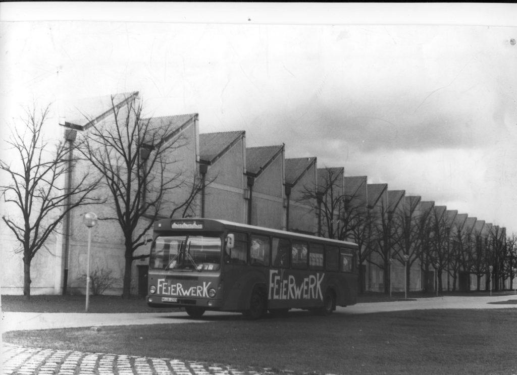 Feierwerk_Blog_Geschichte_Historie_Mollhalle_1985_Mollhalle_mit_Feierwerk_Bus_credit_Feierwerk