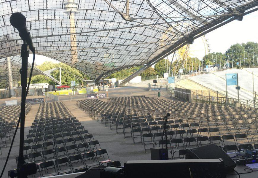 03092020_Feierwerk_Sommerbühne_Stadion_Olympiapark_Live_Konzerte_Corona_Blick von Bühne mit Mikrofon_credits_Katharina_Renner