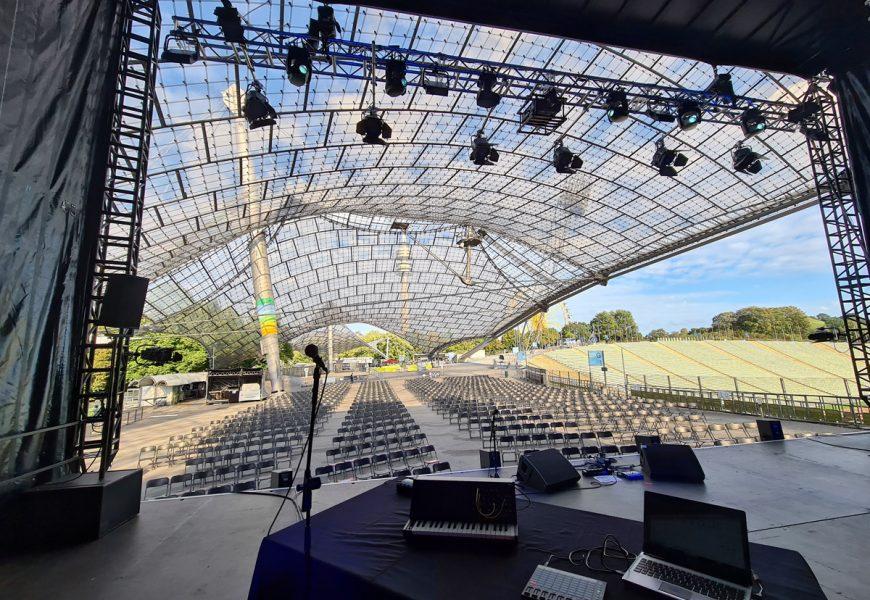 Feierwerk_Sommerbühne_Stadion_Olympiapark_Live_Konzerte_Corona_Bühnenansicht DJ_credits_Natti_Sukkhiao